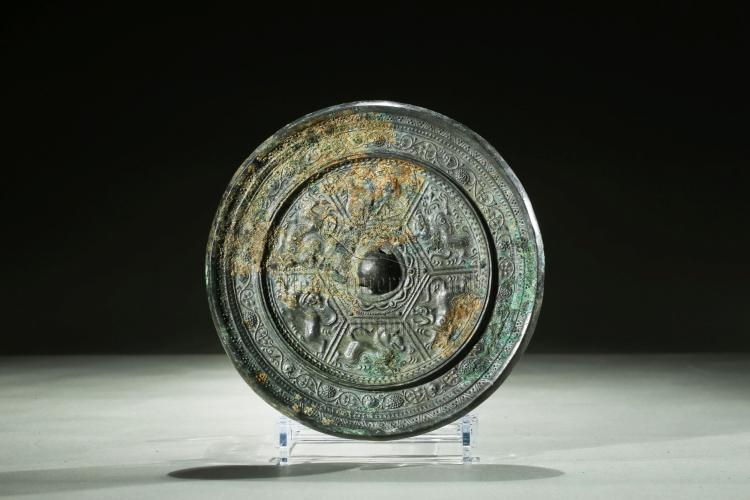 ARCHAIC BRONZE 'MYTHICAL BEASTS' MIRROR