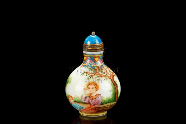 FAMILLE ROSE GLASS 'WESTERNERS' SNUFF BOTTLE