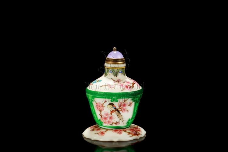 FAMILLE ROSE GREEN GLASS OVERLAY SNUFF BOTTLE WITH STAND