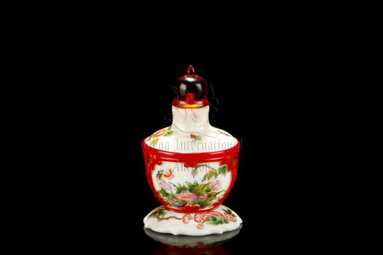 FAMILLE ROSE RED GLASS OVERLAY SNUFF BOTTLE WITH STAND