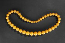 A ROUND GRADUATING BEAD AMBER NECKLACE