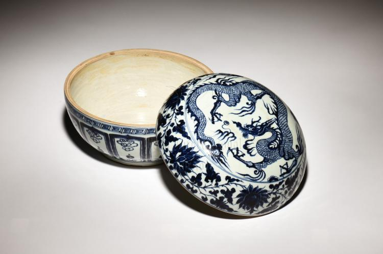 BLUE AND WHITE 'DRAGON' COVERED JAR
