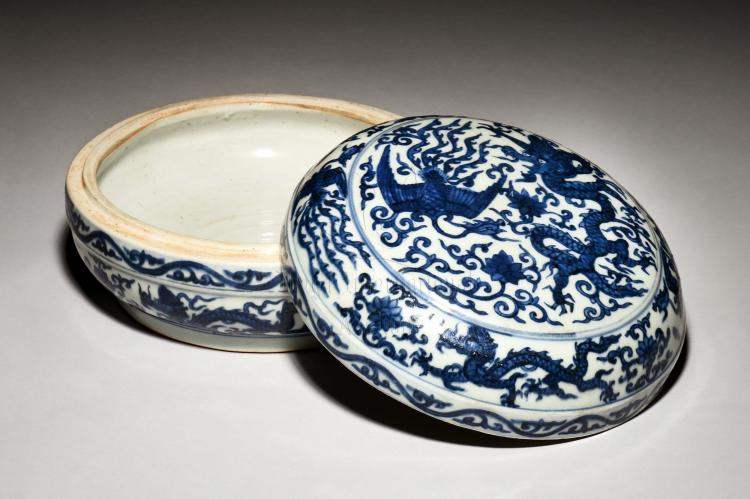 BLUE AND WHITE 'DRAGON AND PHOENIX' COVERED BOX