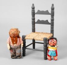 Puppenstuhl und zwei Mecki-Figuren