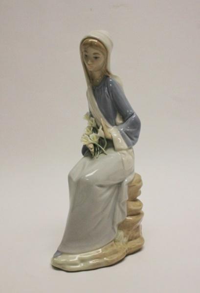 Lladro Porcelain Figurine 'Girl w/ Lilies'