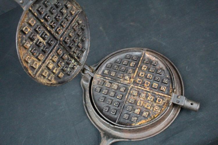HOLLAND MFG CO ERIE PA CAST WAFFLE IRON