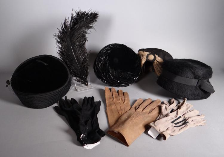 Mode: 4 velvet hats lady and feathers. black pen. 3 pairs of gloves