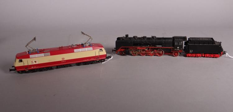 Toys (2): Train MARKLIN HO 3082 loco and tender 4 axes. electric motor 3153