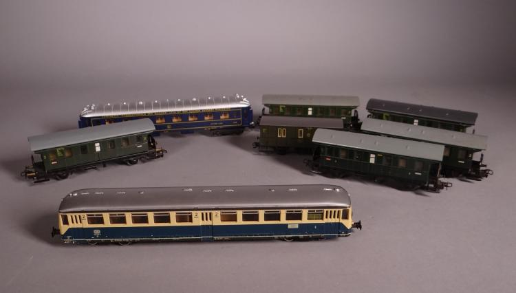 Toy: Train MARKLIN HO 3028 railcar + 7 passenger cars