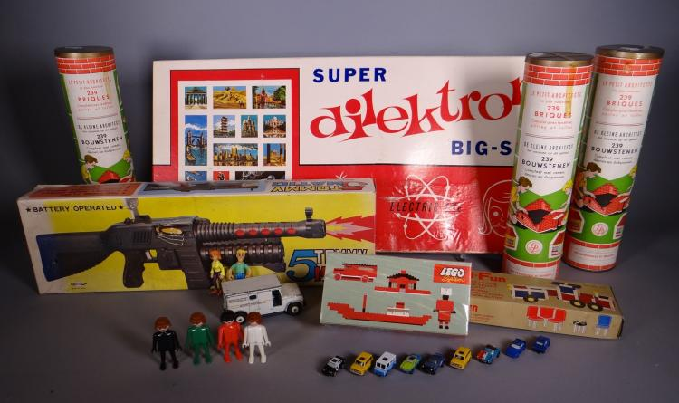 Toys: Toys DINKY 275 Micro - mach LEGO System 317. Play - big 5664 5681. Build - O - T Tupperware fun. Dilektron. 5Tommy Matic 3 PTT arch.Luxor Plastics circa 1960-1970
