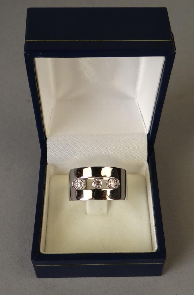 Jewelry: Messika Ring in 18K white gold set with removable brilliants shiny jewelry Move series