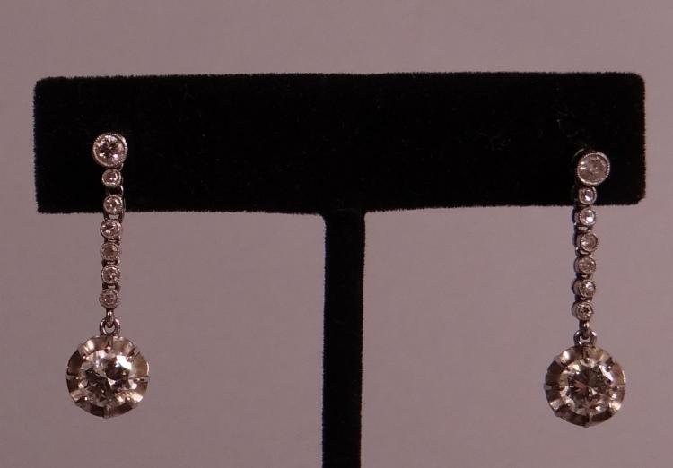 Jewel: A pair of dangling earrings in 18K white gold set with brilliant