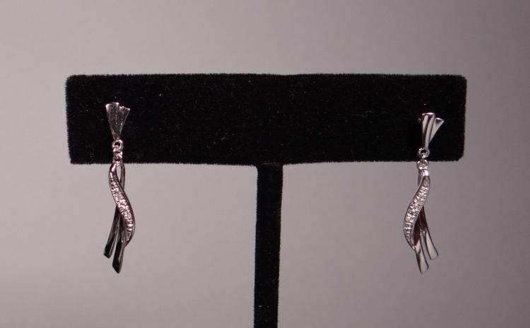 Jewel: A pair of dangling earrings set in 18k white gold with brilliant