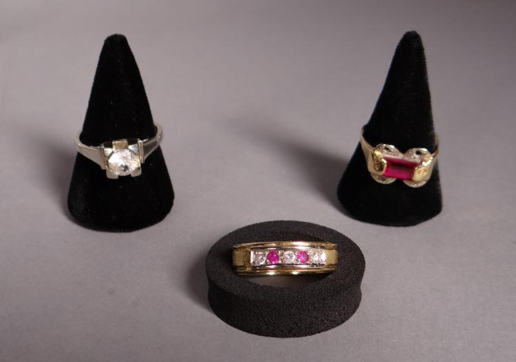 Jewel: 3 18k gold rings set with synthetic stones