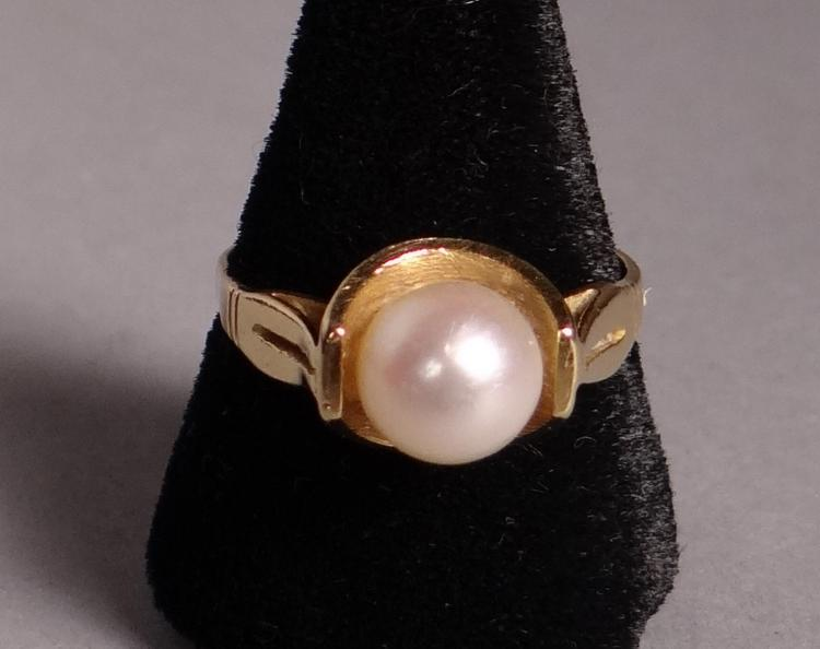 Jewelry: 18k yellow gold ring set with a pearl