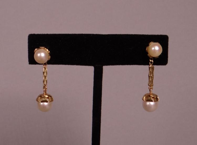 Jewel: A pair of yellow gold 18k earrings set with pearls