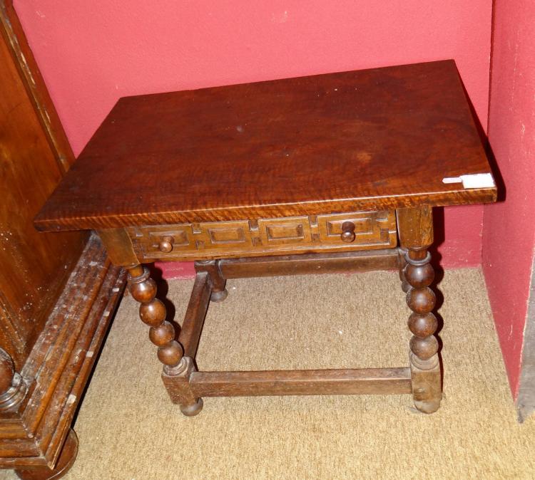 meuble table d 39 appoint de style louis xiii en noyer. Black Bedroom Furniture Sets. Home Design Ideas