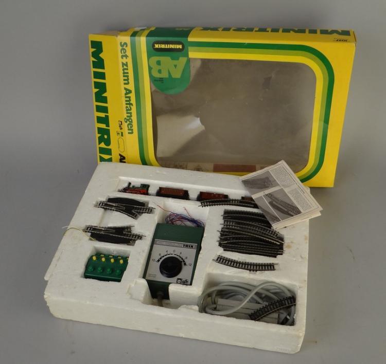jouet train lectrique minitrix 51 1037 00 contenant 1 loc. Black Bedroom Furniture Sets. Home Design Ideas