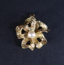 Jewel: Brooch / Pendant - Flower - in 18K yellow gold set with a cultured pearl (signature trace)