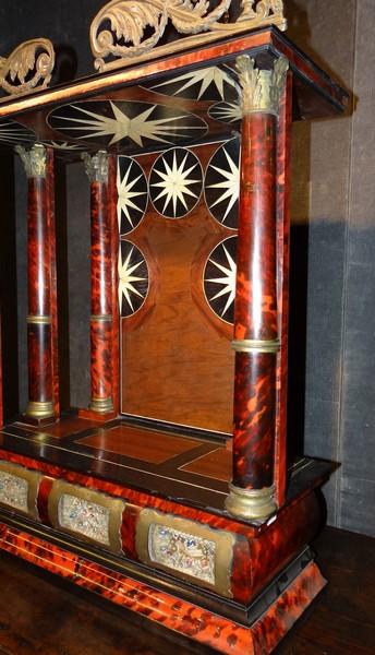 Meuble autel de voyage napiii avec 3 reliquaires caille de for Meuble avec cachette secrete