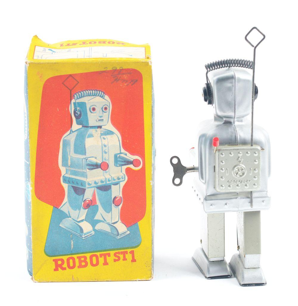 Lot 2192: Strenco West German Tin-Litho Wind-Up Robot.