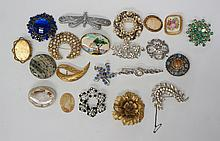 A bag of vintage and modern brooches, to include gold tone and silver tone