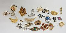 A bag of vintage and modern brooches, to include mostly jeweled and gold to