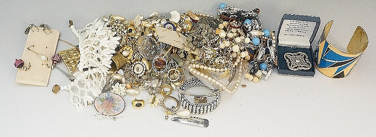 A quantity of costume jewellery (faults)
