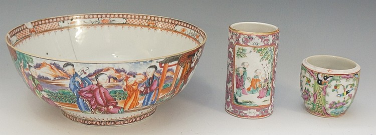 A Chinese export porcelain circular bowl, painted in famille rose pallet wi