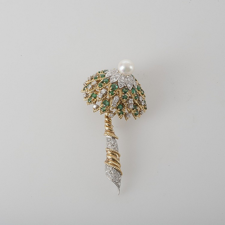 TIFFANY & CO. LADY'S DIAMOND AND EMERALD PIN IN THE FORM OF A PALM TREE.