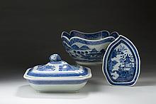 CHINESE EXPORT PORCELAIN BLUE 'FITZHUGH' RECTANGULAR SERVING DISH, EARLY NINETEENTH CENTURY.
