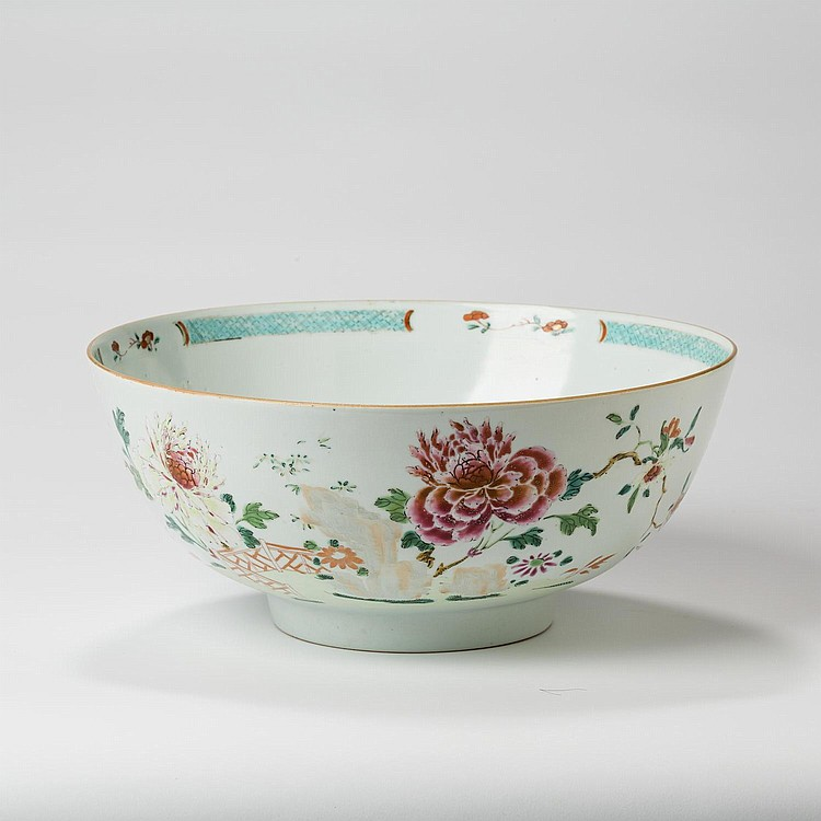 CHINESE EXPORT PORCELAIN FAMILLE ROSE RUM BOWL, LATE EIGHTEENTH CENTURY.