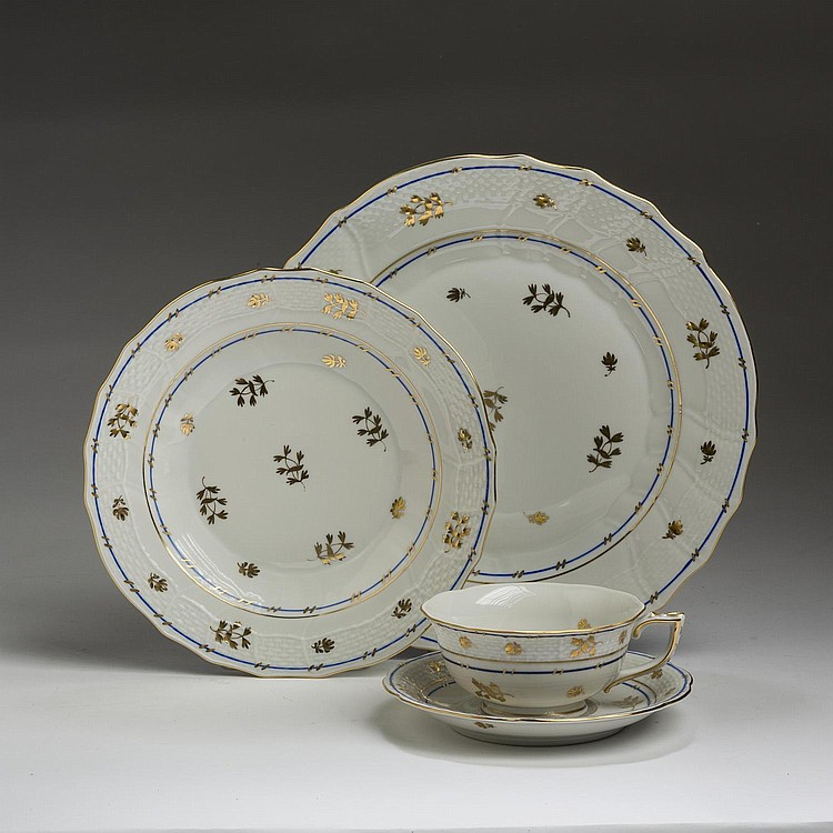 HEREND PORCELAIN 'CORONATION' PATTERN PART DINNER SERVICE, HUNGARY, 1915-1930'S.