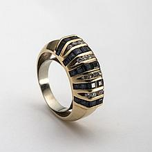 GOLD, SAPPHIRE AND DIAMOND RING.