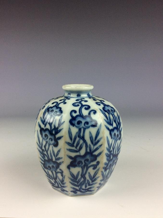 Chinese blue & white glazed porcelain vase, decorate & marked