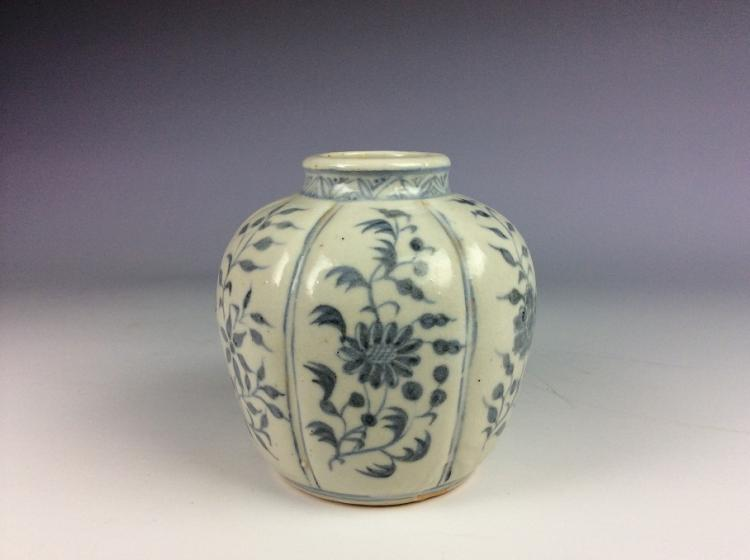 Chinese Ming style porcelain pot, blue and white glazed, decorated