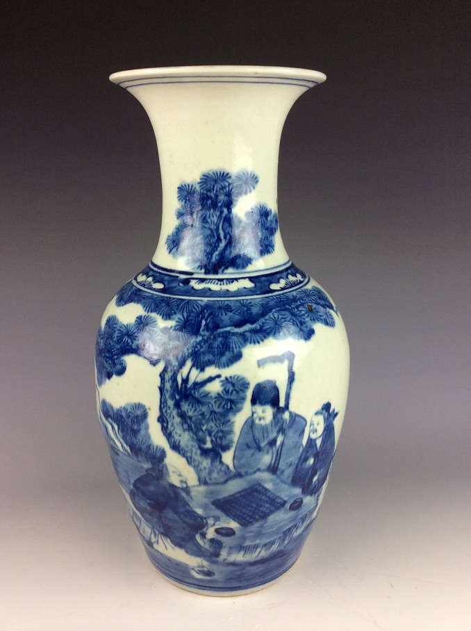 Vintage 19C Chinese porcelain vase, blue & white glazed, decorated