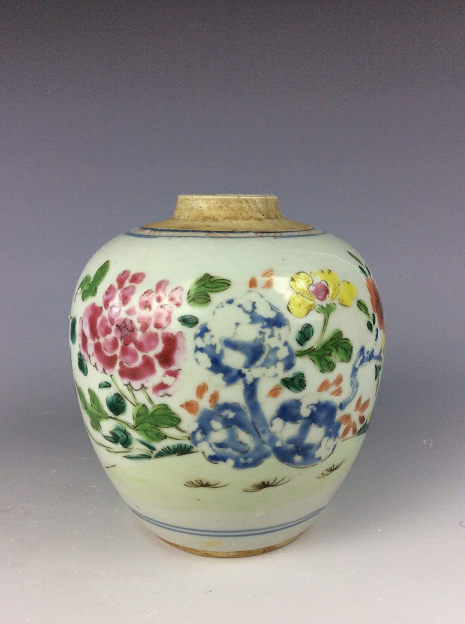 18C Chinese Kangxi period porcelain pot, famille rose, decorate