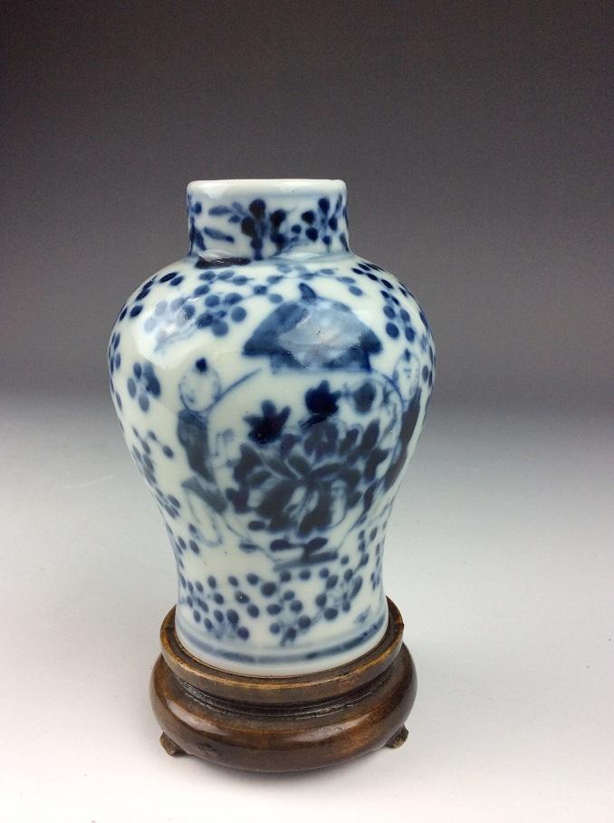 Fine Chinese porcelain vase, blue & white glaze,