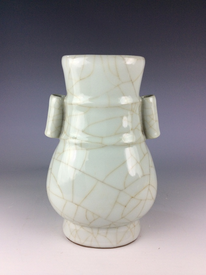Chinese Song Guan style porcelain vase, white glazed, crackle lines decorated