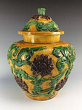 Fie Late Qing large Chienese famille Sancai pot with cover