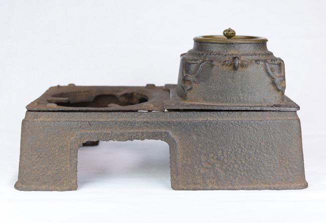 An iron stove (Japanese)