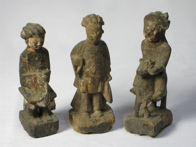 A group of three carved wood figures of Buddha, Qi