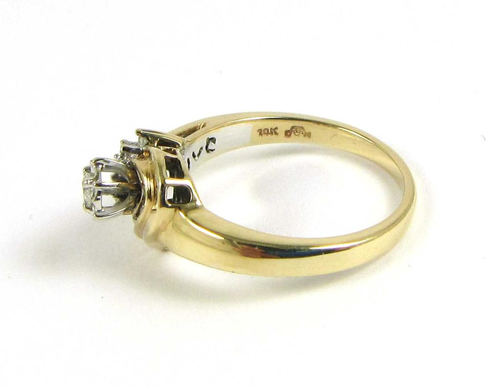 DIAMOND RING Round (11) and tapered baguette (7) d