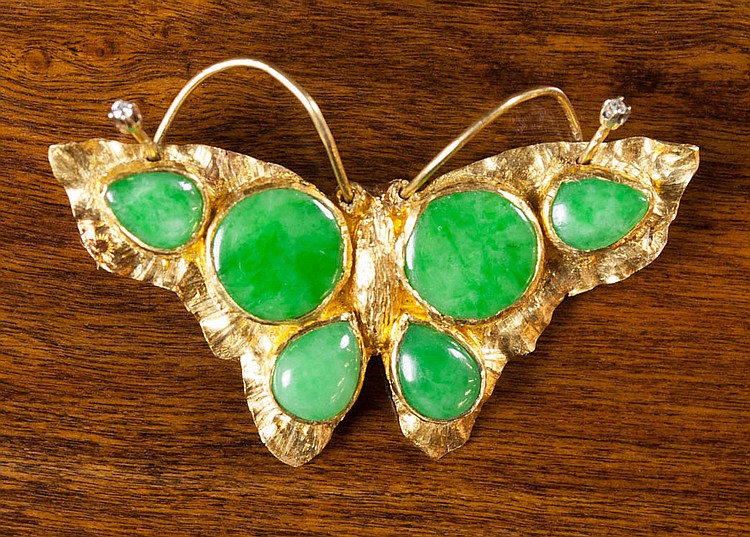 GREEN JADE AND TWENTY-TWO KARAT GOLD BROOCH. The