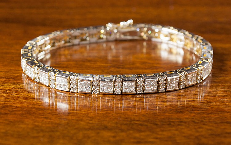DIAMOND AND FOURTEEN KARAT GOLD TENNIS BRACELET, w