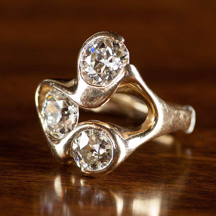 ESTATE DIAMOND AND EIGHTEEN KARAT GOLD RING.  The
