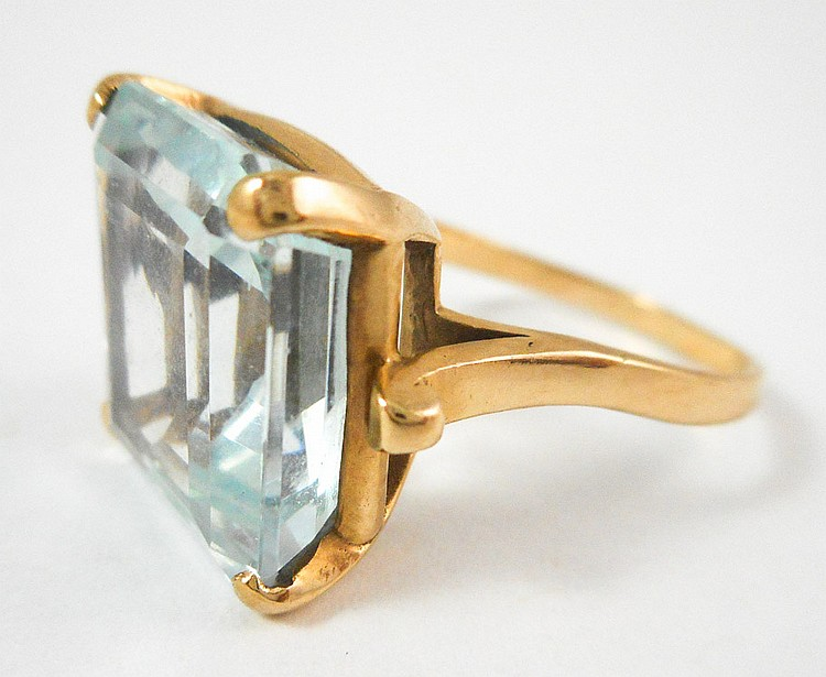 AQUAMARINE AND FOURTEEN KARAT GOLD RING, set with