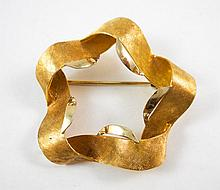 ITALIAN EIGHTEEN YELLOW KARAT GOLD BROOCH, weighin
