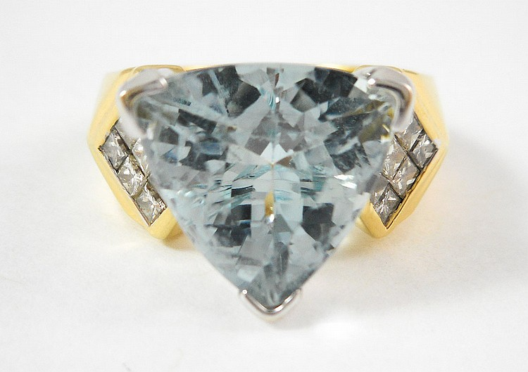 AQUAMARINE, DIAMOND AND EIGHTEEN KARAT GOLD RING,